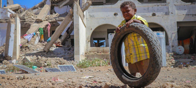 طفل يمني في موقع للنازحين داخليا في محافظة الضالع.