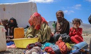 أسرة نازحة بسبب النزاع تجلس في أحد مخيمات النزوح في منطقة الضالع في اليمن.