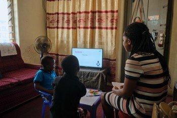 Nana Kwadwo na  Nana Kwesi hutumia muda wao wa asubuhi kusoma na kufanya kazi za shuleni wakiwa na mama yao Margaret nyumbani kwao Aburi, mashariki mwa Ghana.
