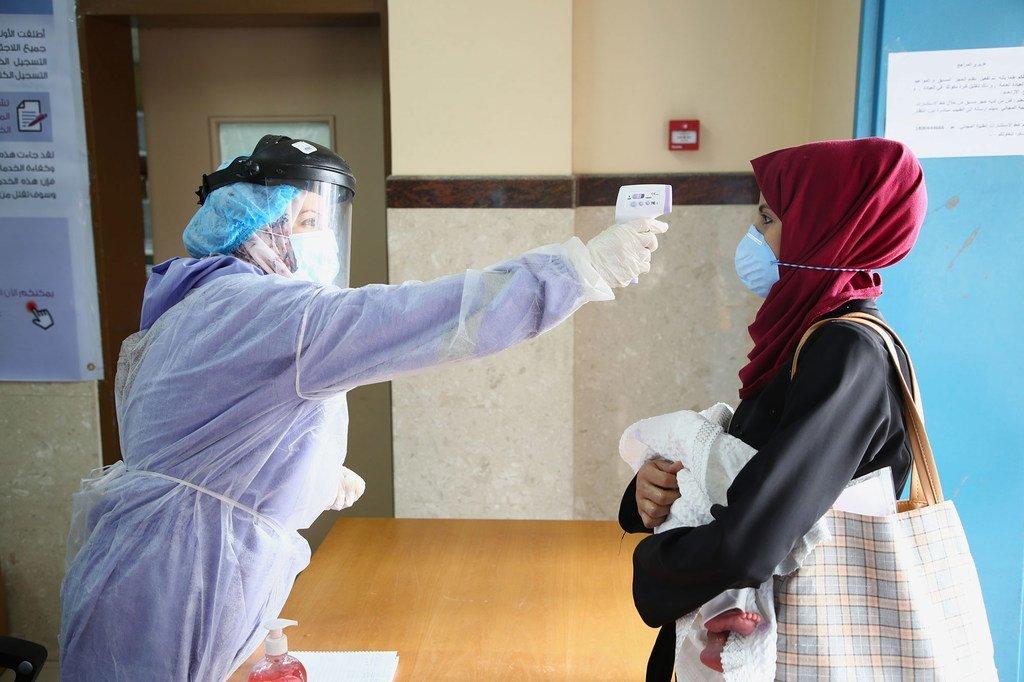 Une femme effectue un test Covid-19 dans un centre de santé à Gaza.