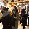चीन के शेन्दू शुआनग्लीयू अंतरराष्ट्रीय हवाई अड्डे पर फ़ेस मास्क पहने लोग.