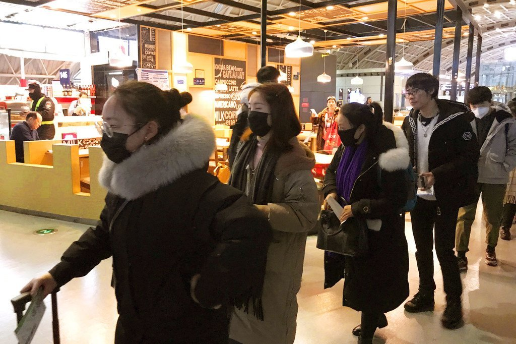 在成都双流国际机场,人们都戴上了口罩。