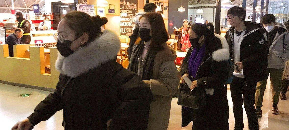 Foto: ONU News/Jing Zhang Pessoas usam máscaras de proteção no Aeroporto Internacional de Chengdu Shuangliu, na China