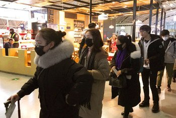 Pasajeros con mascarillas contra el coronavirus en el aeropuerto internacional de Chengdu Shuangliu en China