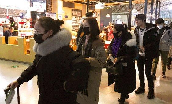 Pessoas usam máscaras de proteção no Aeroporto Internacional de Chengdu Shuangliu, na China.