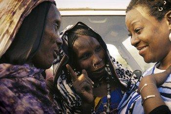 Claudine Joseph (à droite) fait partie des milliers d'humanitaires des Nations Unies qui travaillent dans les milieux les plus difficiles et les plus meurtriers du monde.
