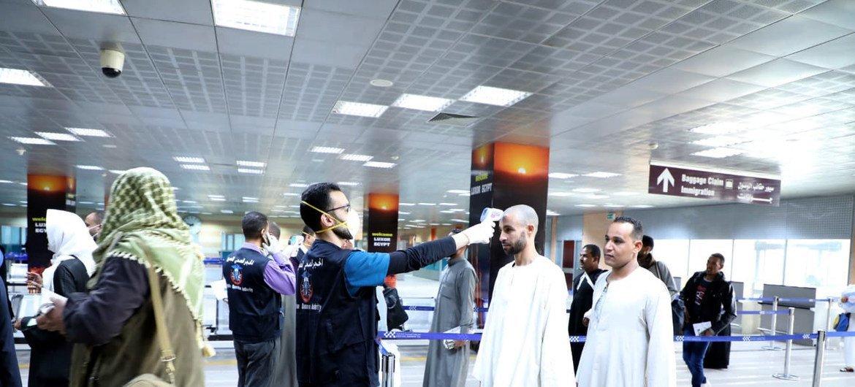 Voyageurs arrivant à l'aéroport de Louxor, en Egypte, sont testés pour les symptomes du coronavirus.
