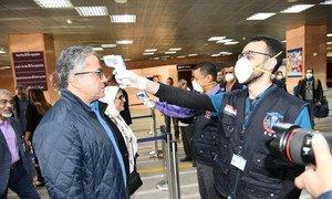 الإجراءات الوقائية الطبية في مطار الأقصر بمصر، الطاقم الطبي يقوم بفحص وزير السياحة بمصر.