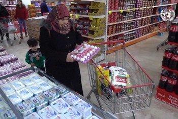 تعمل المساعدات النقدية من برنامج الأغذية العالمي والاتحاد الأوروبي على حماية اللاجئين السوريين في تركيا من الوقوع في براثن الفقر
