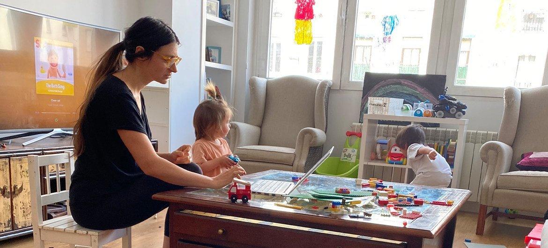 西班牙马德里,4岁的鲁本和妹妹与母亲达尼艾拉一起待在家中。一边在家工作一边照顾两个孩子并非易事。