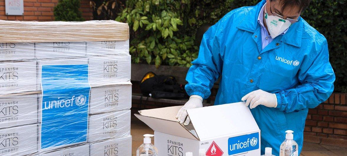 儿基会向西班牙运送的第一批援助物资包括4万8000支洗手液和7200副手套。