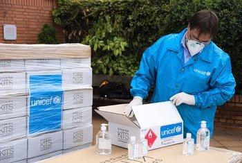 UNICEF envió a España 48.000 unidades de desinfectante de manos y 7200 pares de guantes para apoyar al país durante la pandemia.