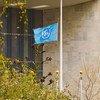 Bendera ya Umoja wa Mataifa inapepea nusu kama ishara ya mshikamano na New York na kuwakumbuka waathiriwa wa mlipuko wa COVID-19 jijini hilo.