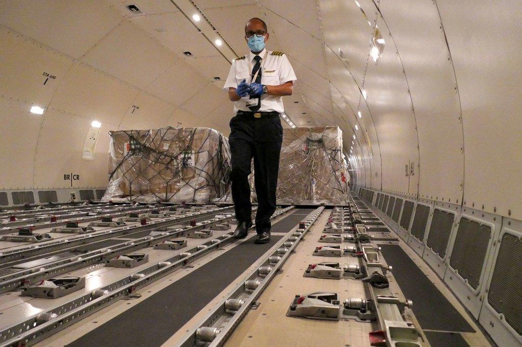 """在埃塞俄比亚首都亚的斯亚贝巴,医疗设备被装载到一架飞机上,作为联合国""""团结航班""""的一部分,向非洲国家运送抗击冠状病毒大流行的物资。"""