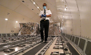 """يتم تحميل المعدات الطبية في طائرة بأديس أبابا، إثيوبيا، كجزء من """"رحلة تضامن"""" أممية لتوصيل الإمدادات إلى البلدان الأفريقية التي تكافح جائحة الفيروس التاجي."""