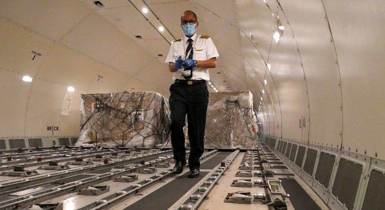 """Equipamiento médico  en un avión de carga en Addis Abeba, como parte dle primer """"Vuelo de la Solidaridad"""" para llevar ayuda a países de África para luchar contra el coronavirus"""