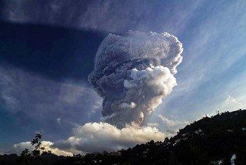 أعمدة الرماد تتصاعد من بركان لا سوفريير في سانت فنسنت وجزر غرينادين في 13 نيسان/أبريل 2021.