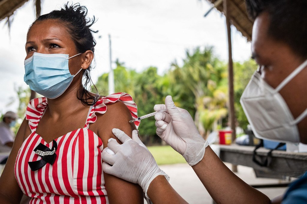 Une femme est vaccinée contre la Covid-19 dans la communauté autochtone de Concordia, en Colombie.