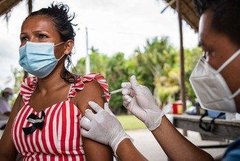 Mulher é vacinada contra Covid-19 na comunidade indígena de Concordia, Colômbia