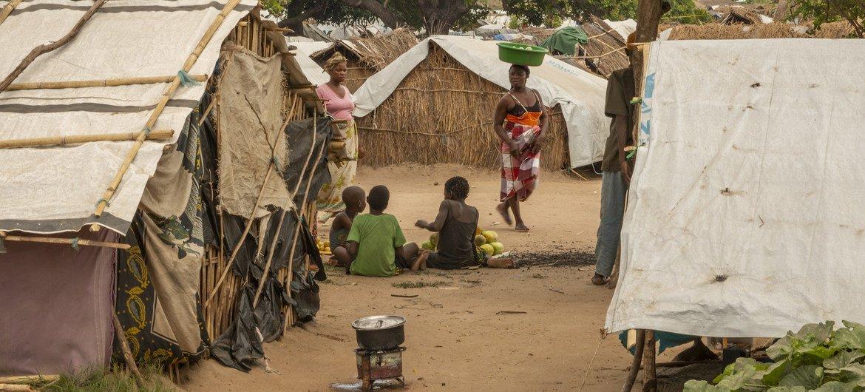 Crianças em assentamento para deslocados internos em Cabo Delgado