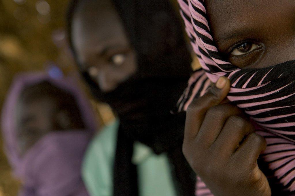 Une fillette de 12 ans (à droite) qui vit dans un camp pour personnes déplacées dans l'État du Nord Darfour, au Soudan, dit qu'elle a été violée par des soldats du gouvernement.