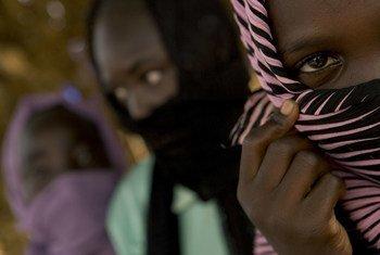 सूडान के उत्तर दार्फ़ूर प्रान्त में विस्थापितों के लिये बनाए गए एक शिविर में 12 वर्षीय लड़की भी रह रही है जोकि सरकारी सैनिकों के हाथों बलात्कार का शिकार हुई.