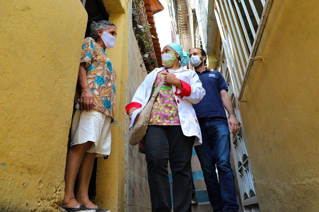 在委内瑞拉的卡里库奥,医生和护士挨家挨户地宣传有关新冠疫情的信息。