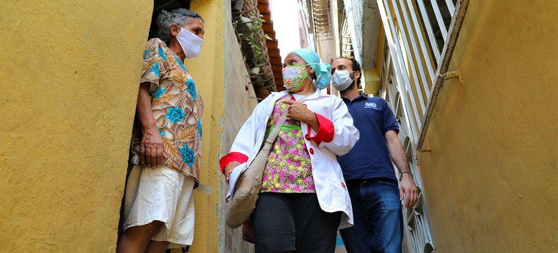 En Caricuao, Venezuela, doctores y enfermeras van de casa en casa para informar sobre el COVID-19.