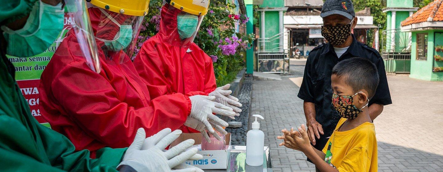 La nueva guía de la OMS sobre el uso de mascarillas contra el COVID-19 |  Noticias ONU