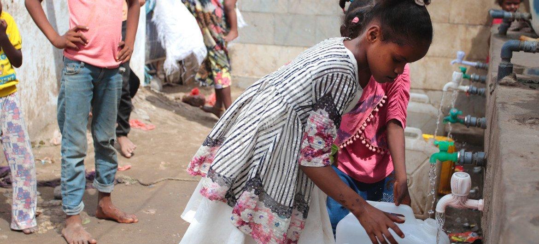 यमन के अदन में कोविड-19 फैलने के ख़तरे के साथ-साथ बाढ़ और हैज़े से हालात और भी मुश्किल हो गए हैं.