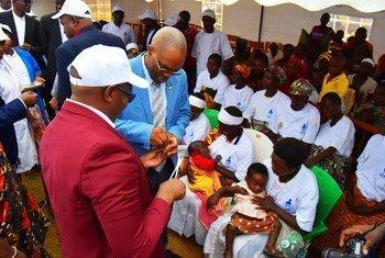 世卫组织驻布隆迪代表穆伦波博士(左二)在2019年母婴周活动上。