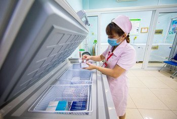 Un membre du personnel de l'Université médicale de Hanoi au Viet Nam prépare une dose de vaccin contre la Covid-19.