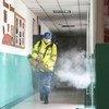 Добровольцы проводят дезинфекцию школы в Пекине, где на днях был обнаружен очаг заражения COVID-19