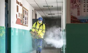 4月24日,北京高三师生复课前,志愿者对校园进行消毒。目前,北京新发地市场周边的小学幼儿园已停课。