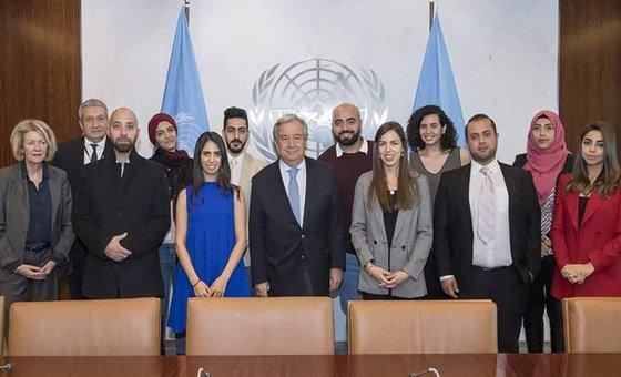 علي غيث يتوسط زملاءه الصحفيين الفلسطينيين لالتقاط صورة مع الأمين العام، أنطونيو غوتيريش.