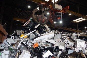 ई-कचरे में मौजूदा पदार्थों से पर्यावरण व मानव स्वास्थ्य को ख़तरा हैं.