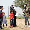 Famílias que vivem em comunidades carentes no norte do Líbano recebem conselhos de prevenção Covid-19 por educadores