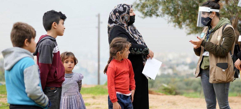 تتلقى العائلات التي تعيش في المجتمعات المهمشة في شمال لبنان نصائح للوقاية من كوفيد-19 من قبل العاملين في مجال التوعية.