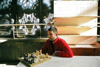 亚美尼亚首都埃里温,一名男子正在下棋。