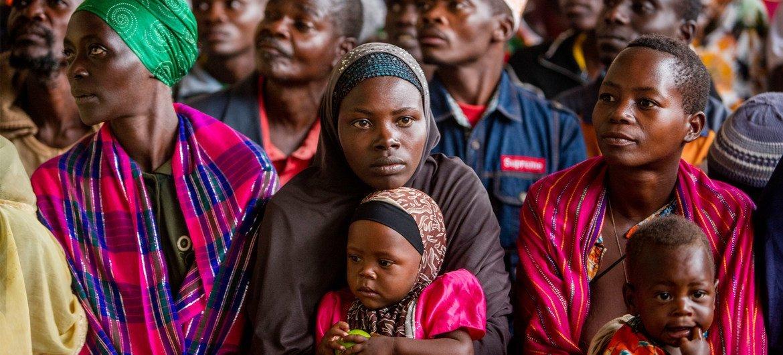 Des Burundais de retour dans leur pays sont rassemblés dans le village de Higiro, dans le nord du Burundi.