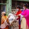 बांग्लादेश की राजधानी ढाका में कोविड-19 प्रभावितों के लिए राहत वितरण.