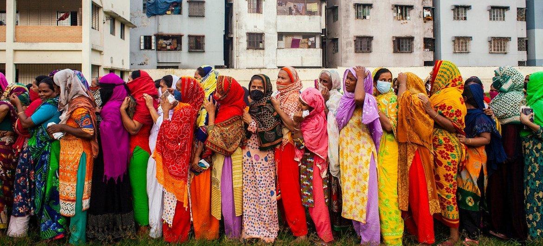 बांग्लादेश की राजधानी ढाका में कोविड-19 प्रभावितों के लिए राहत वितरण के दौरान सामाजिक दूरी बरते जाने का पालन नहीं हो रहा है.