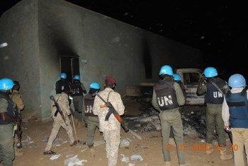 دورية تابعة لبعثة اليوناميد في كتم، شمال دارفور لتقييم الوضع الأمني عقب تقارير حول حرق المتظاهرين لمباني وسيارات الشرطة في المنطقة.