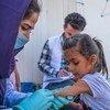 طفلة تحصل على لقاح ضد شلل الأطفال والحصبة في العراق بعد فرارها من الحرب في شمال شرق سوريا.
