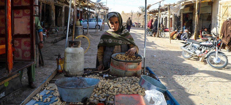 अफ़ग़ानिस्तान के एक प्रान्त उरोज़गान में एक विक्रेता मूंगफली बेच रहा है.