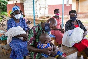 Famílias de soropositivos em clínica no Uganda