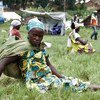 Distribution de nourriture par le PAM à des personnes déplacées à Kikuku, dans le Nord-Kivu, en République démocratique du Congo.