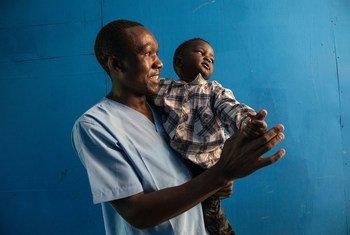 कॉंगो लोकतांत्रिक गणराज्य के बुतेम्बो में एक बच्चा देखरेख केंद्र में काम कर रहे बहुत से लोग ऐसे हैं जो पहले इबोला से पीड़ित थे.