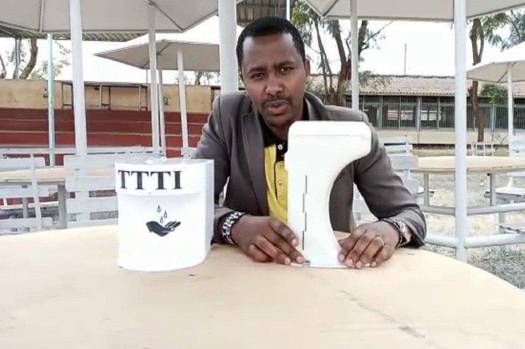 Bernad Kagwe, kijana kutoka Kenya ambaye yeye na wenzake wamebuni kifaa hicho cha kuwezesha mtu kupata kitasaka mikono bila kushika popote kwa lengo la kudhibiti kuenea kwa virusi vya Corona.