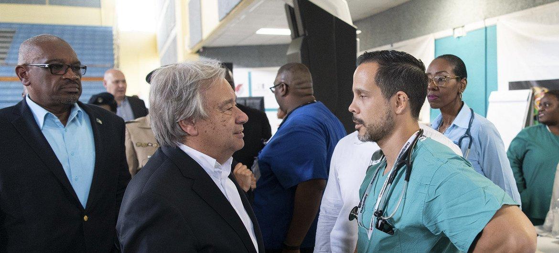 António Guterres fala com pessoal hospital na capital das Bahamas, Nassau